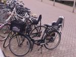 To był ten rower widoczny z oddali. Przy okazji widać popularne rozwiązanie na zakupy - koszyk na stelażu mocowanym do widelca.